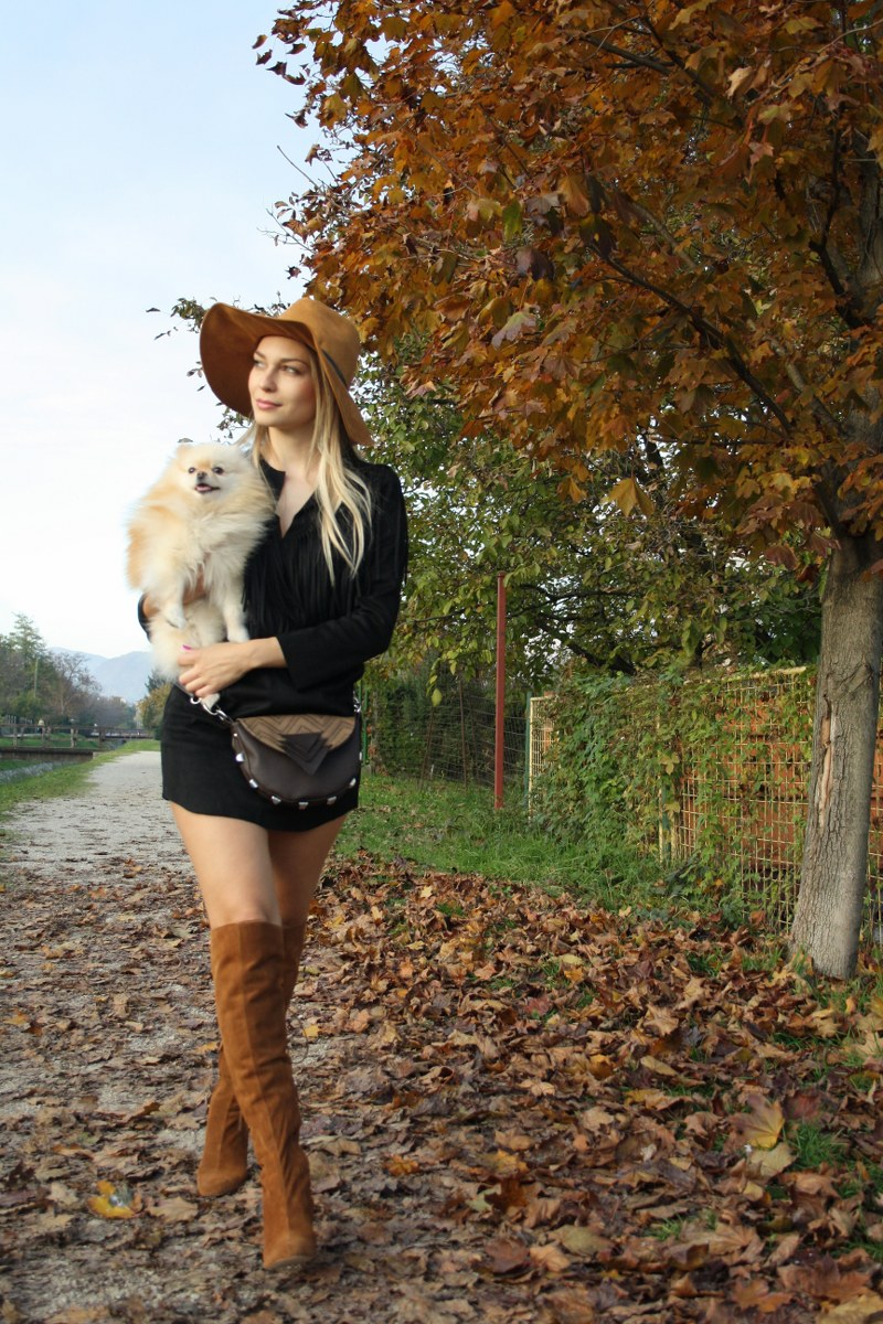 suede fringed little black dress, knee-high boots, pomeranian dog, suede hat, poppy bag, blond girl, country look, zara