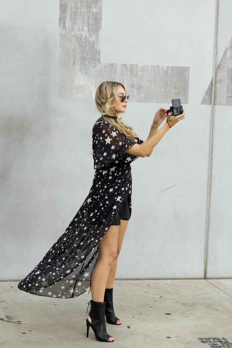 dress, black dress, dresses, stars print dress, sunglasses, rayban, necklace, shoes, bootiea, camera,sony rx100X, sonja kovac
